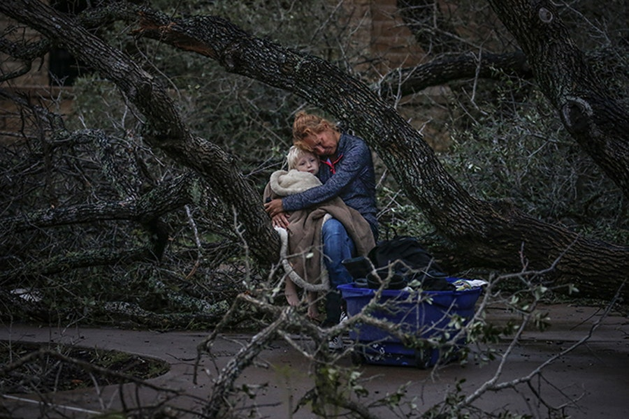 Мама обнимает ребенка после урагана «Харви» / Фото: Адрис Латиф