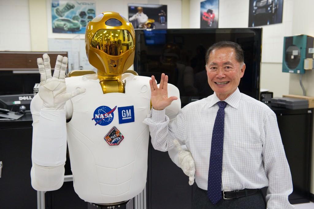 """Robonaut 2 и Джордж Хосато Такеи, исполнивший роль Хикару Сулу в сериале """"Звездный путь"""" / Фото: NASA"""