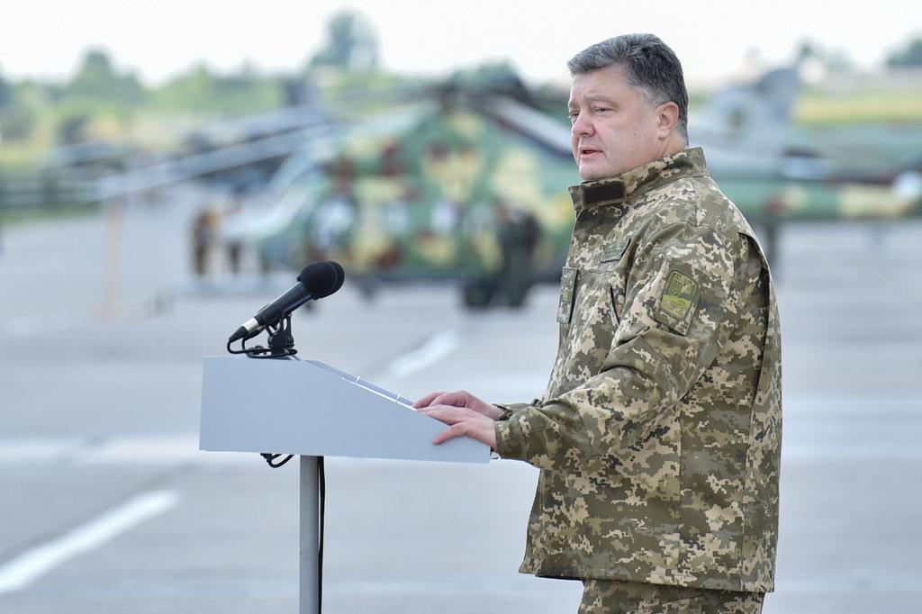 Президентские рейтинги Петра Порошенко последнее время не внушают ему и его окружению особых оснований для радости, демонстрируя стабильную тенденцию падения