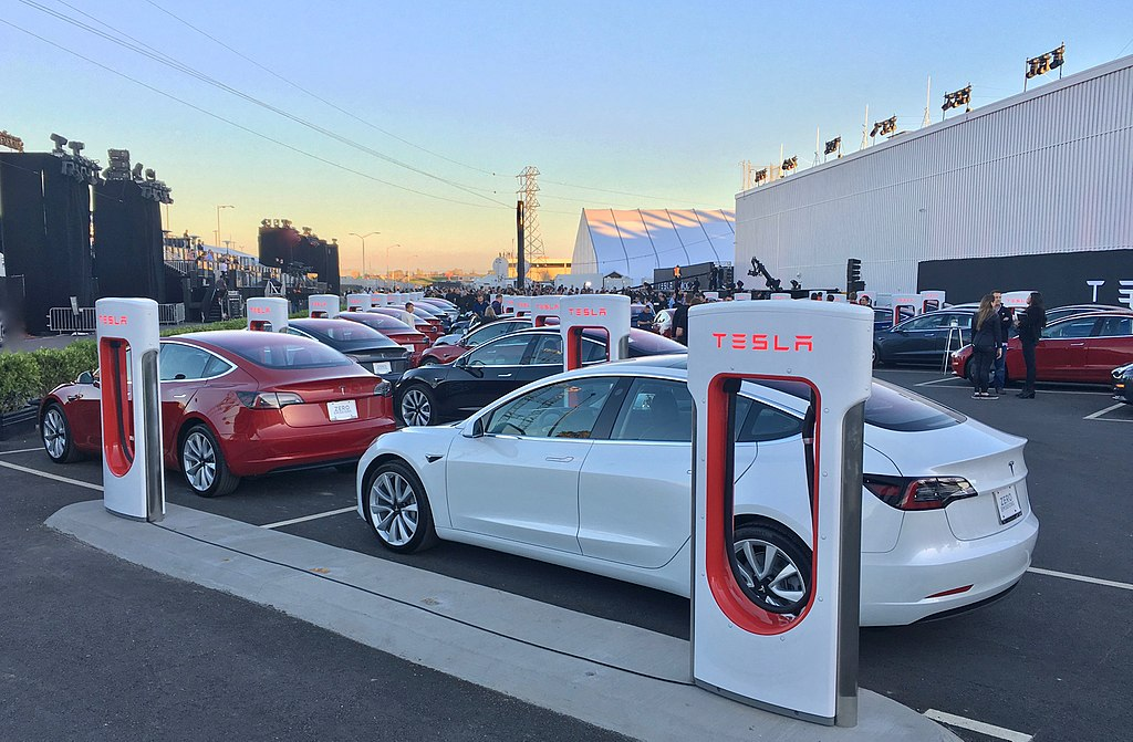 Первые автомобили Tesla Model 3 готовятся к поставке, июль 2017 года / Источник: Wikipedia