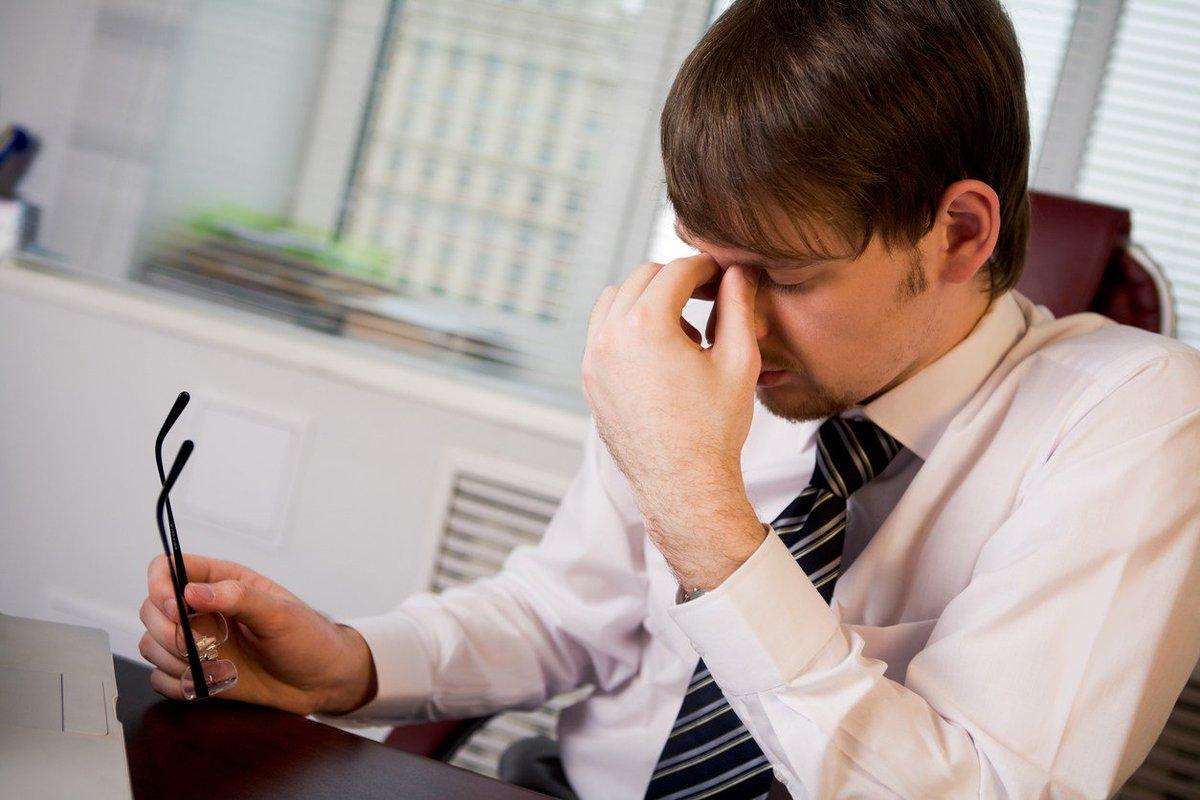 Заболевания щитовидной железы могут проявляться слабостью и немотивированной утомляемостью в течение длительного времени