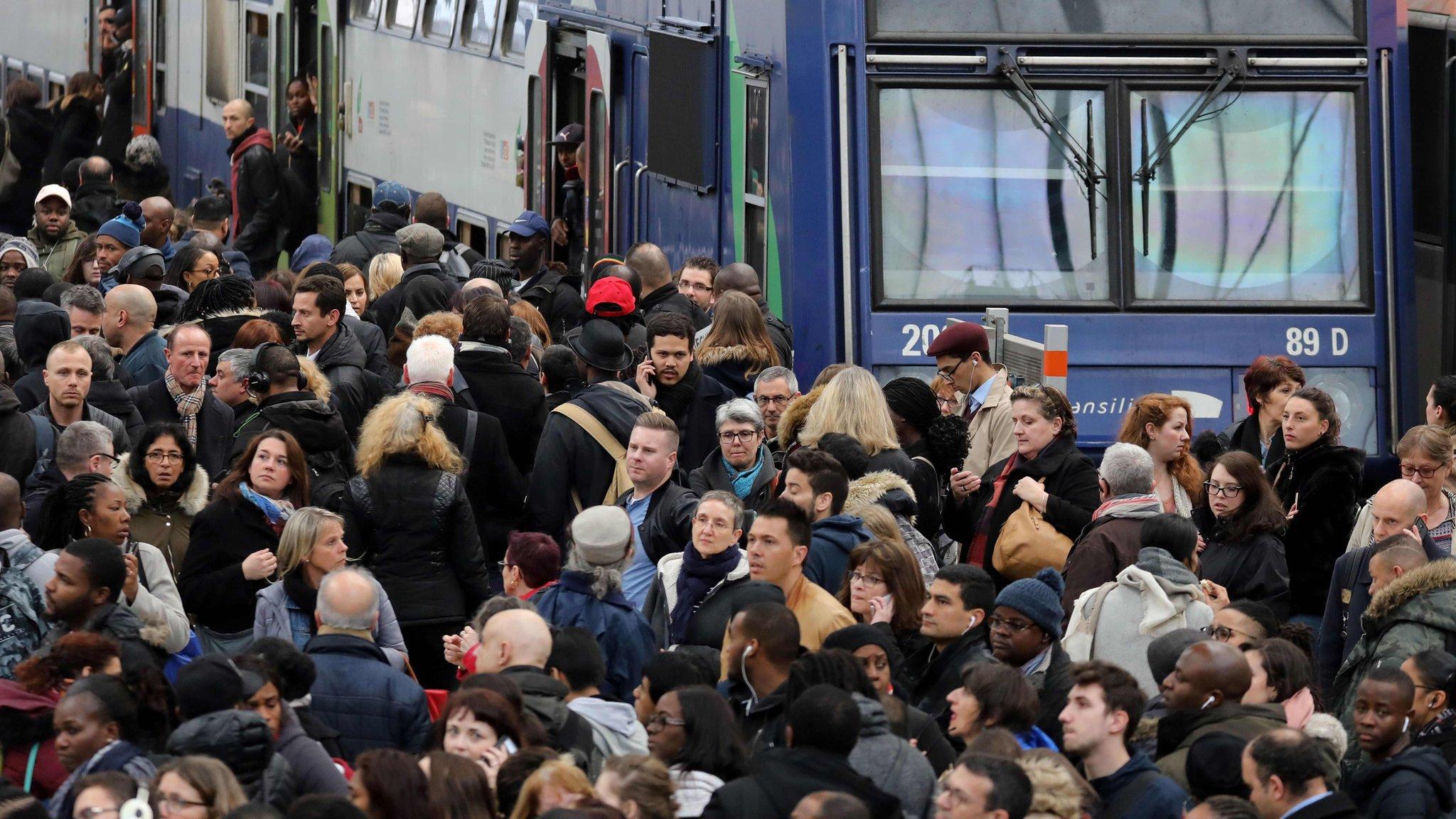 Более половины французов - против забастовок
