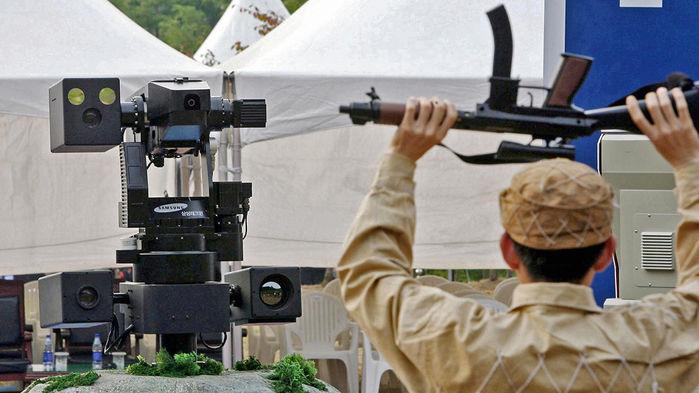 """Автономный часовой останавливает """"нарушителя"""" во время испытания системы в 2006 году / Источник: KIM DONG-JOO/AFP/Science"""