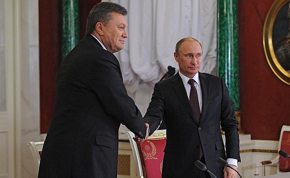 При помощи этих писем защита пытается опровергнуть главное доказательство обвинения – письмо Януковича в адрес президента России Владимира Путина по поводу введения войск