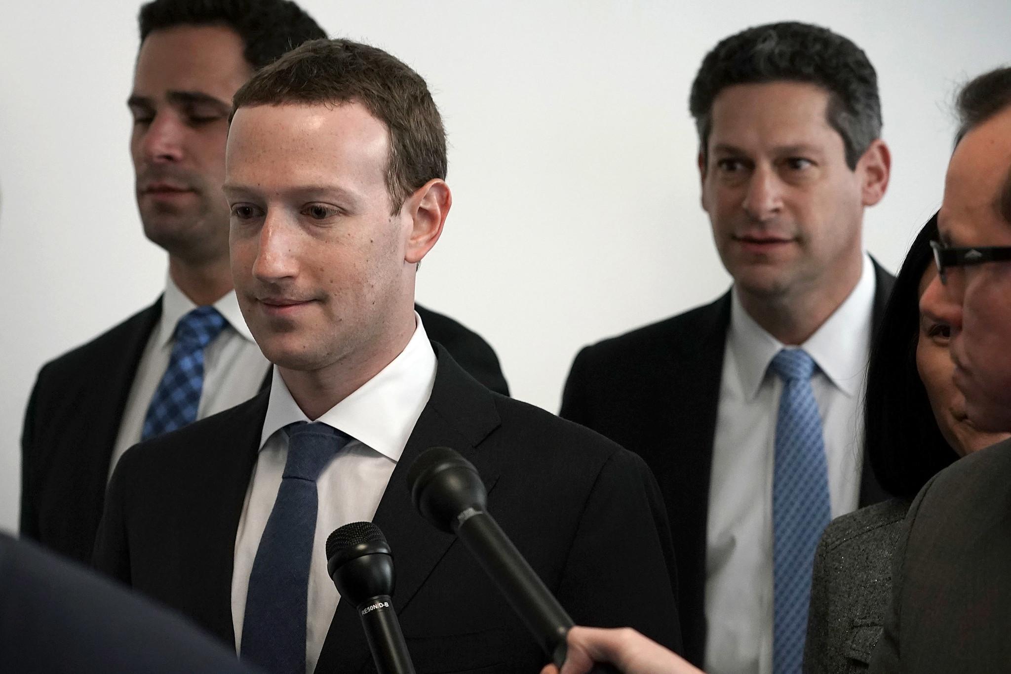 В Facebook - более чем 2 млрд пользователей по всему миру .