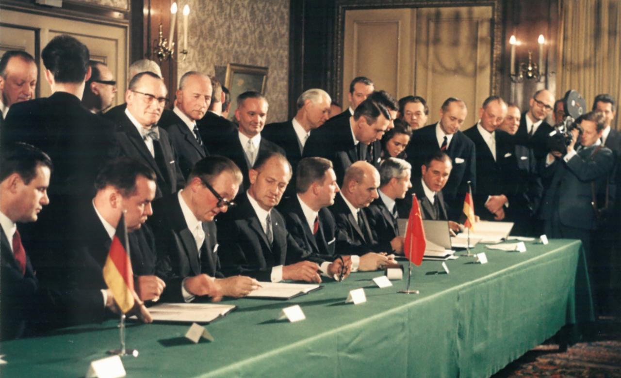 1 февраля 1970 года, город Эссен (Германия), конференц-зал отеля «Кайзерхоф». Подписание первого контракта на поставки природного газа из СССР в ФРГ в обмен на трубы