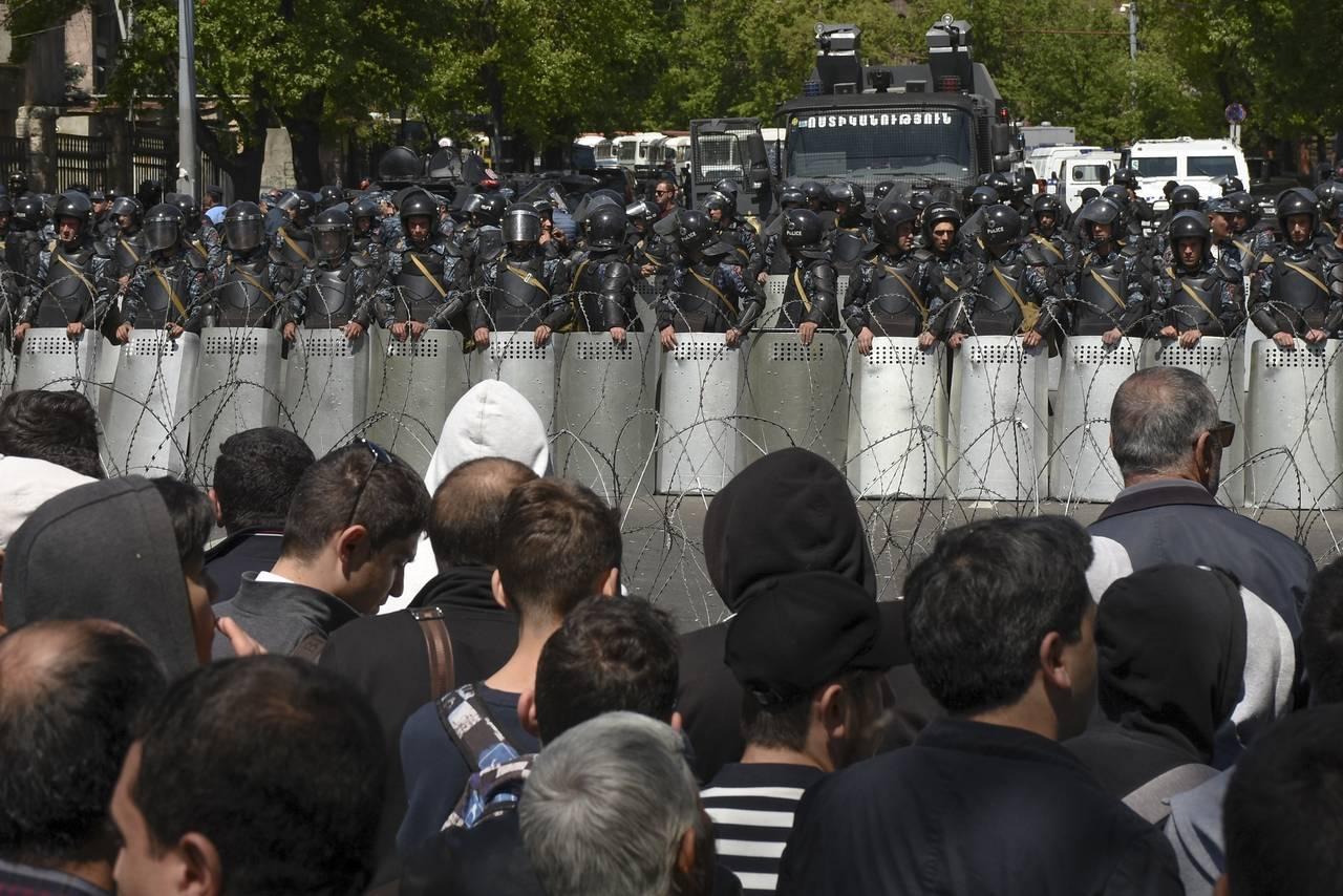 Представители власти заявили, что десятки демонстрантов были задержаны, и призвали всех разойтись