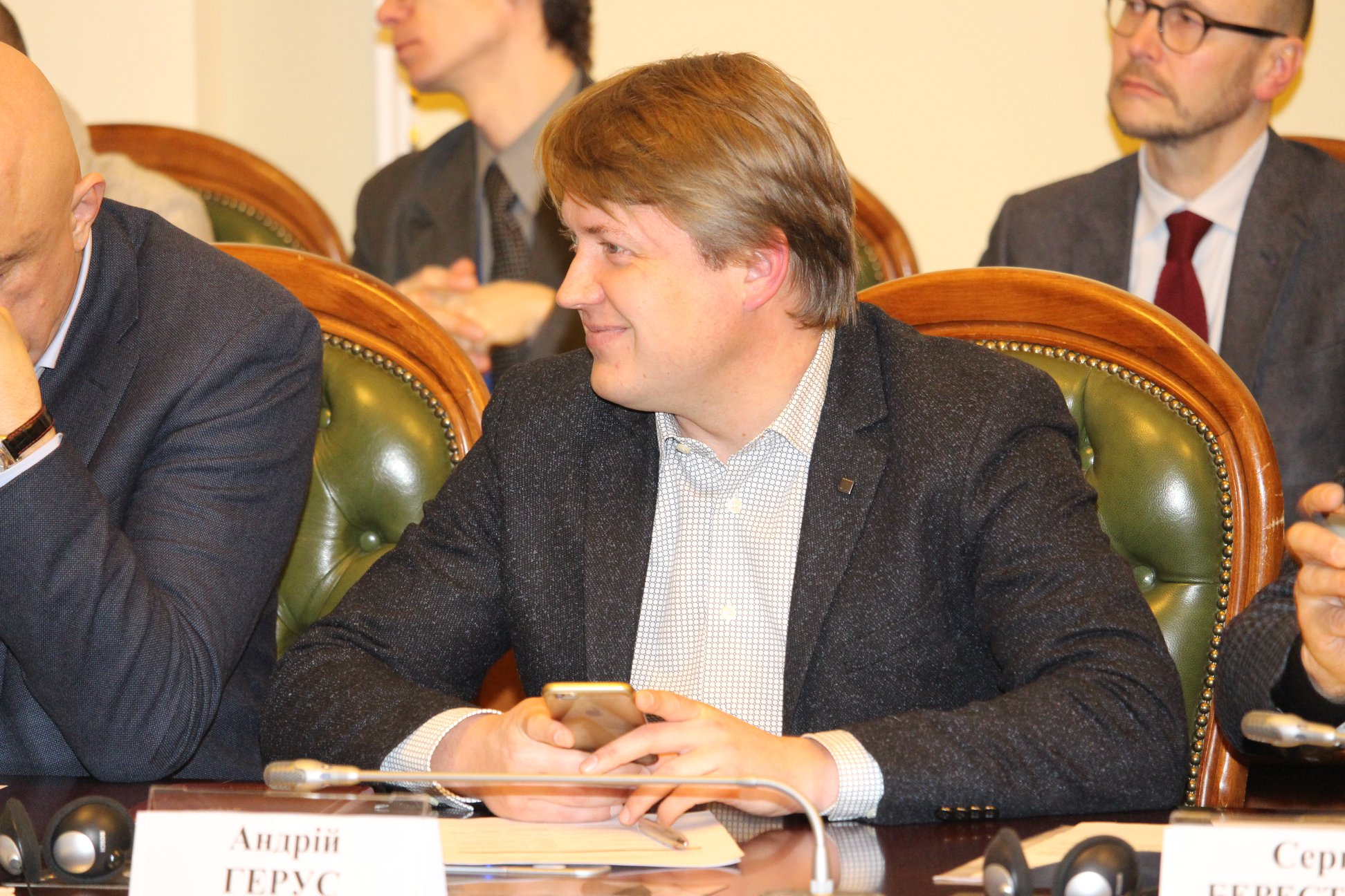 Член НКРЭКУ Андрей Герус отмечал, что ежемесячно формула «Роттердам +» собирает лишний миллиард гривен выплат
