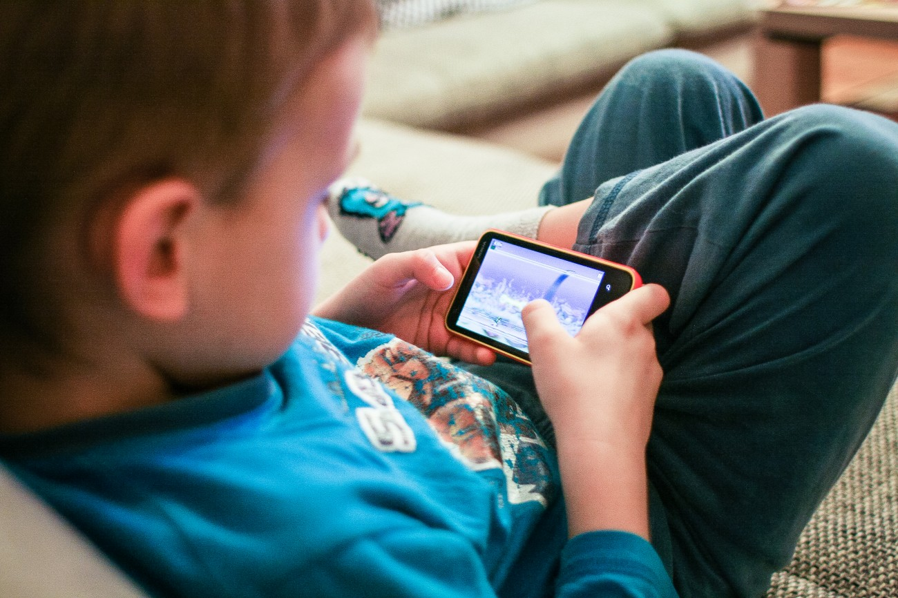 Нужно избегать длительных игр на электронных носителях, особенно в вечернее время, перед сном