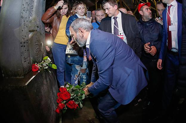 Премьер-министр Никол Пашинян возложил цветы у армянской церкви в Адлере / Фото пресс-службы