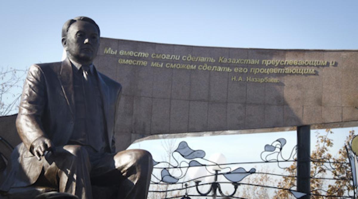 Памятник действующему президенту Казахстана Нурсултану Назарбаеву