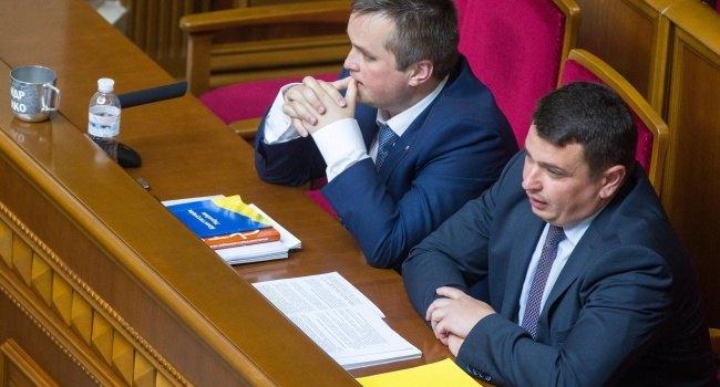 Казалось бы, Холодницкий таким образом мстит Сытнику за прослушку своего кабинета