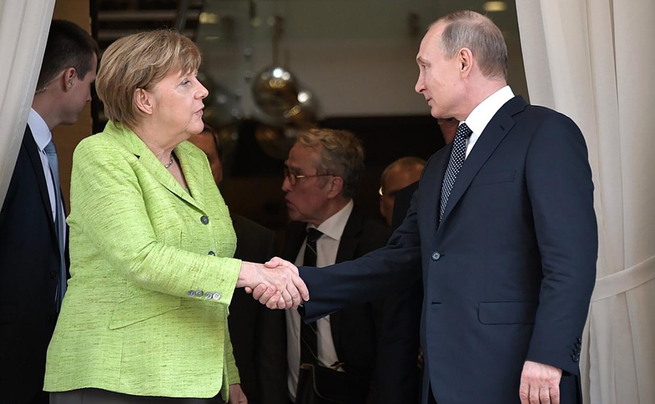 Напрашивается вопрос: когда последний раз Меркель обсуждала с Путиным судьбу украинских заключенных в России?