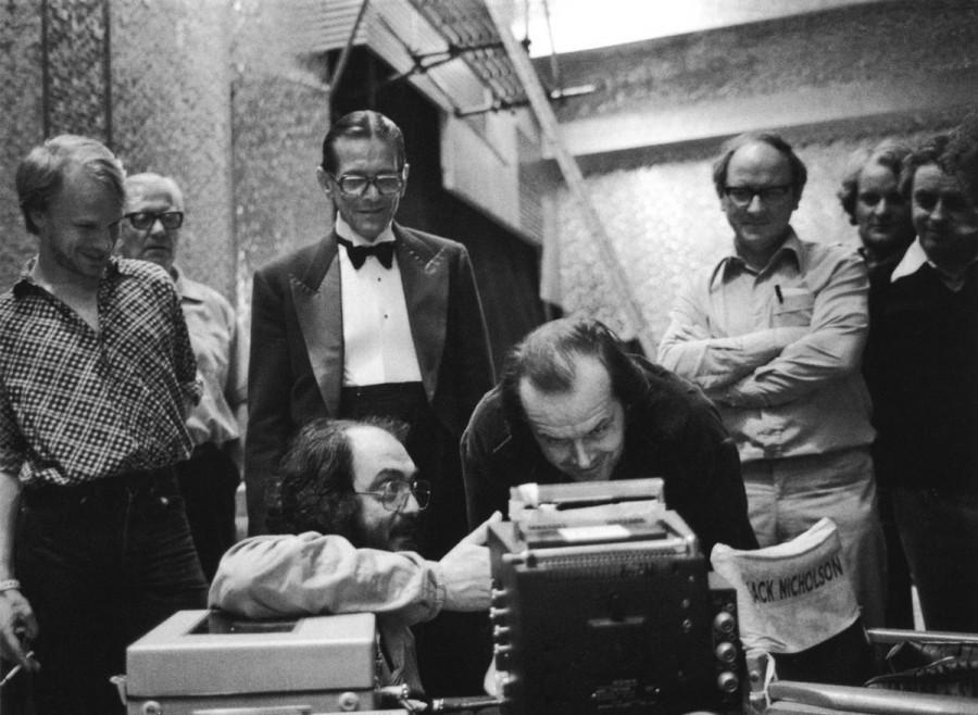 Кадр со съемок фильма «Сияние» - Стэнли Кубрик в окружении актеров