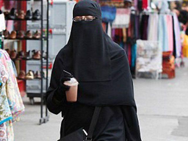 В 2011 году правительство Франции наложило полный запрет на вуаль для лица