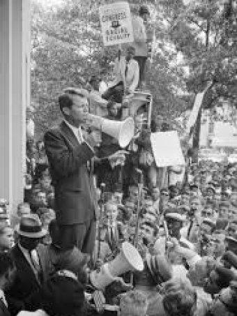 Роберт Кеннеди выступает на демонстрации