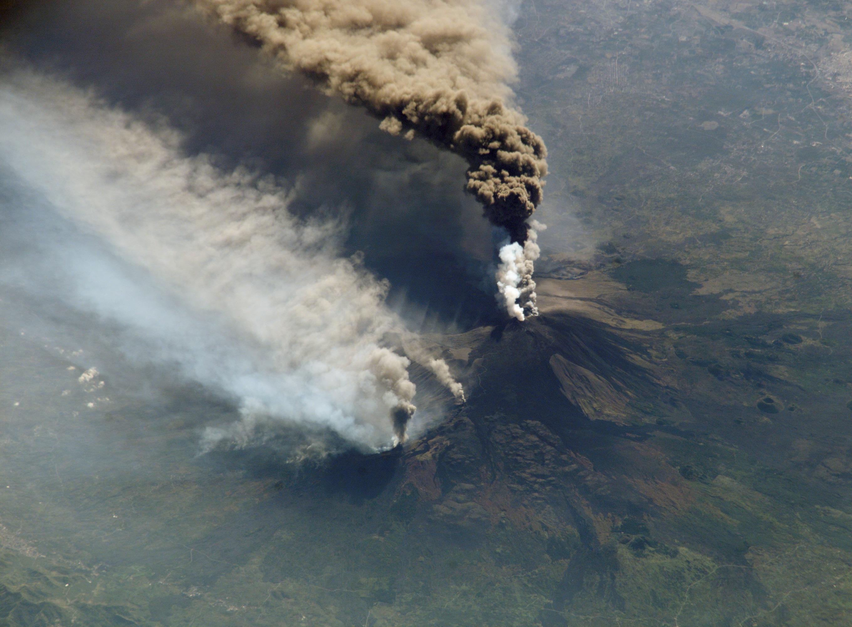 Извержение Этны в 2002 году / Снимок NASA / Wikipedia