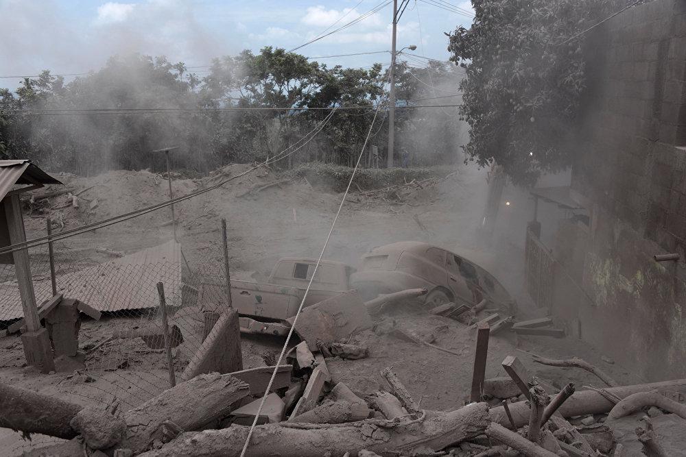 После извержения Фуэго в июне 2018 года населенные пункты засыпало горячей золой / Снимок AFP / Johan ORDONEZ