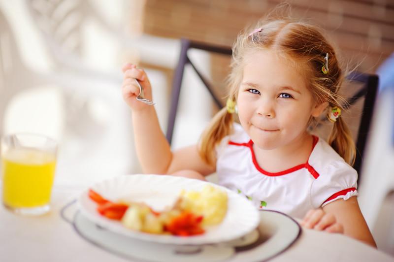 Сложно ожидать, что у ребенка появится мысль о правильном, рациональном и полноценном питании, если сами родители не готовят хорошую еду, если постоянно покупают фастфуд