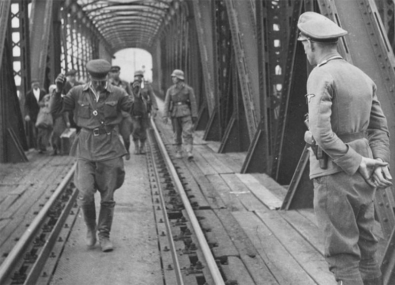 Пленные командиры Красной Армии на мосту в Перемышле (сегодня — польский город Пшемысль)
