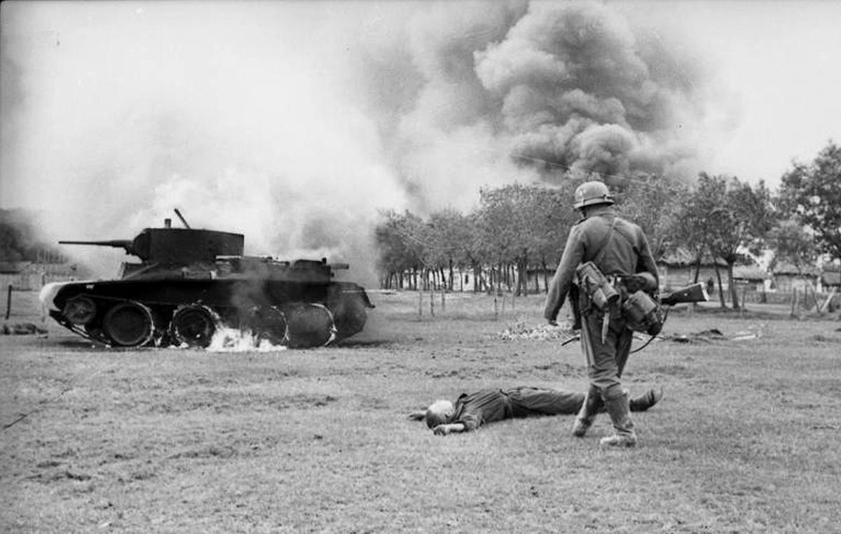 Убитый советский солдат, скорей всего танкист, возле сгоревшего легкого танка БТ-7
