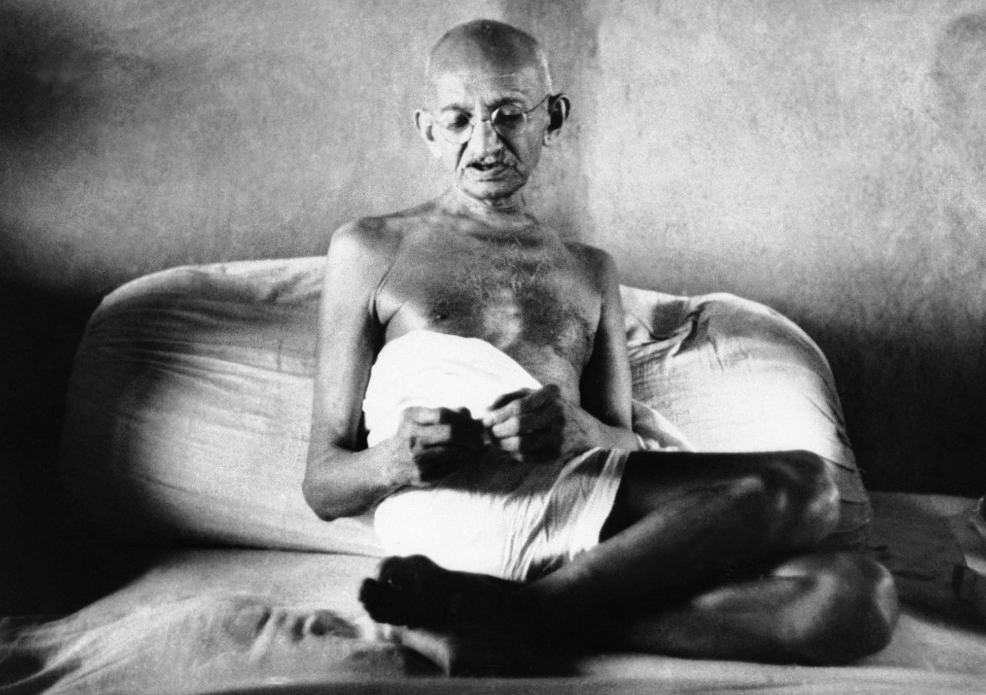 В возрасте 74 лет Махатма Ганди голодал 21 день