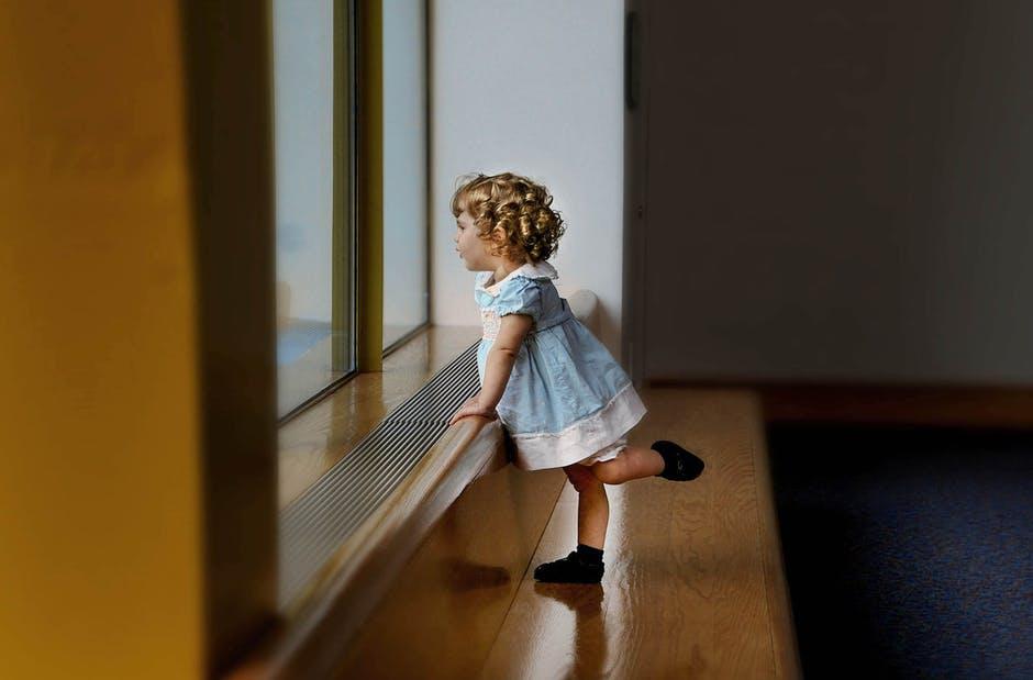Наиболее опасный возраст начинается с момента, когда малыш научился самостоятельно переворачиваться. Длится он до 5 лет точно. Детей в этом возрасте нельзя оставлять без присмотра