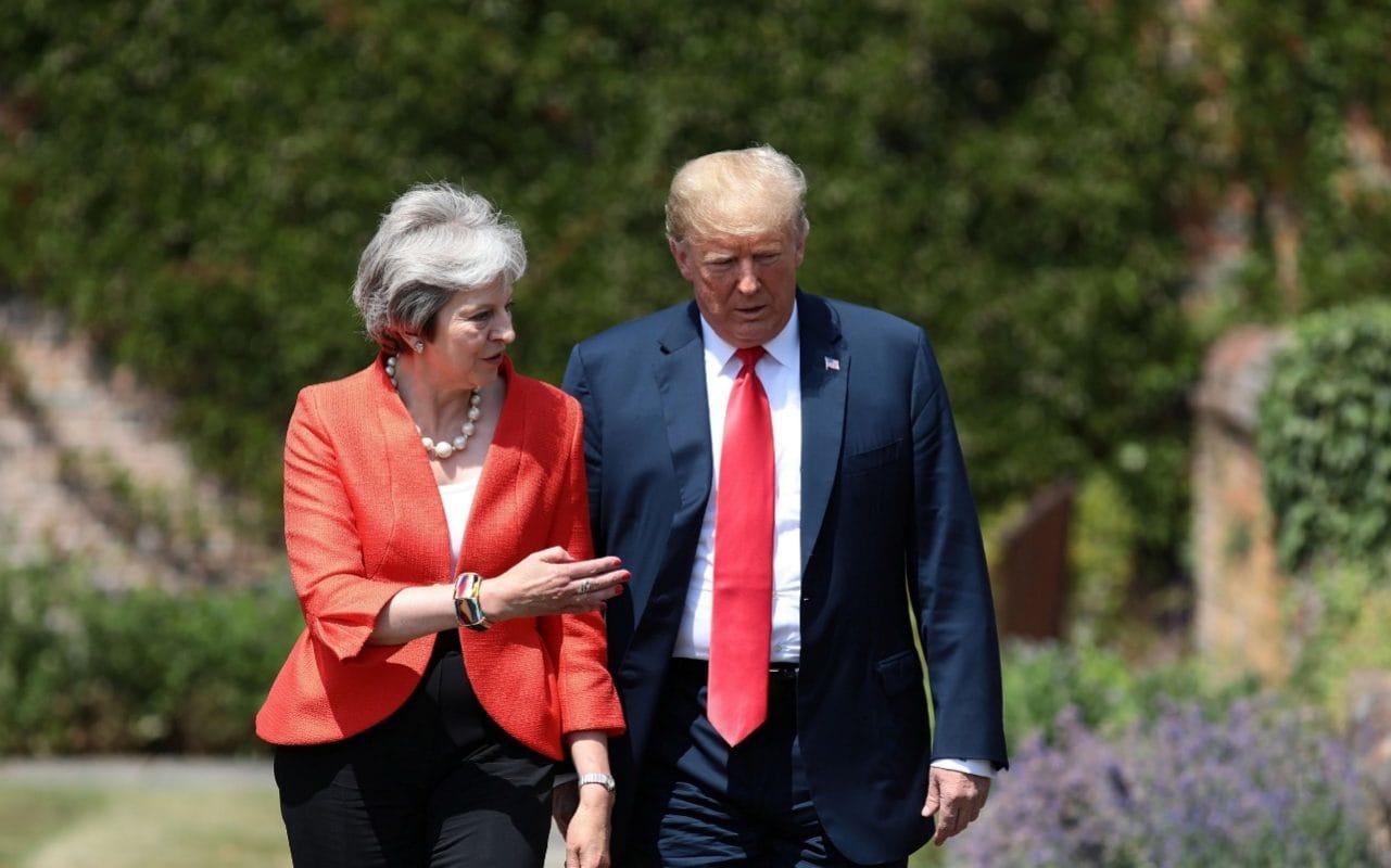 Президент Трамп готовился к дискуссии с Путиным во время насыщенного визита к премьер-министру Великобритании Терезе Мэй