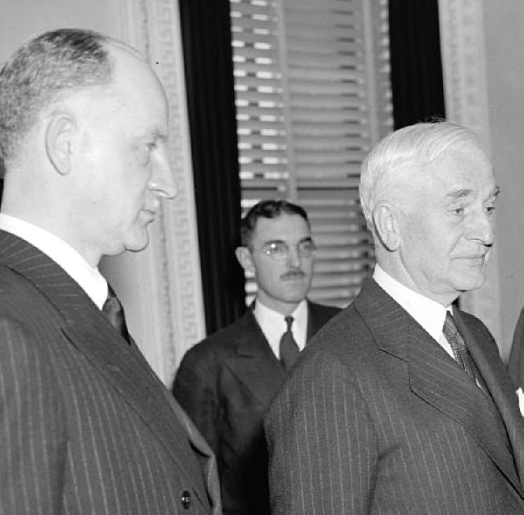 Самнер Уэллес, госсекретарь США (слева), в 1940 году заявил, что Вашингтон  никогда не признает аннексию стран Балтии Советским Союзом
