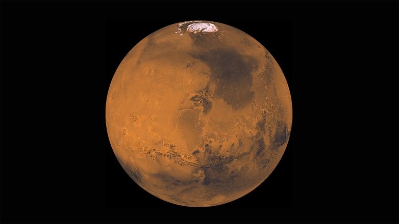 Вода на Марсе в основном существует в виде льда, а низкое атмосферное давление планеты заставляет жидкую воду кипеть при температуре около 5 ℃