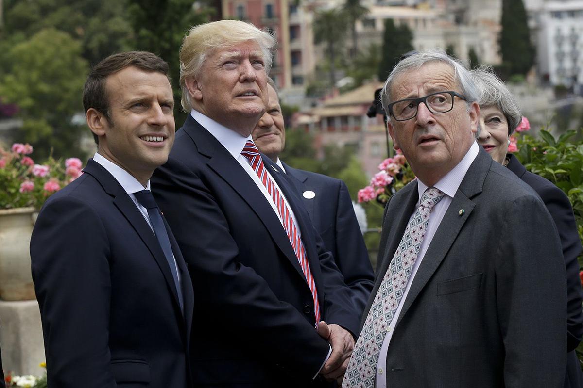 Президент Франции Эммануэль Макрон, президент США Дональд Трамп и глава Комиссии Европейского союза Жан-Клод Юнкер (слева направо) на встрече в Таормине, Италия