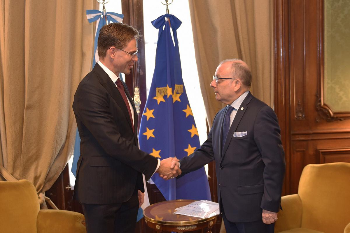 Вице-президент Европейской комиссии Юрки Катайнен и глава Министерства иностранных дел Аргентины Хорхе Фори (справа)