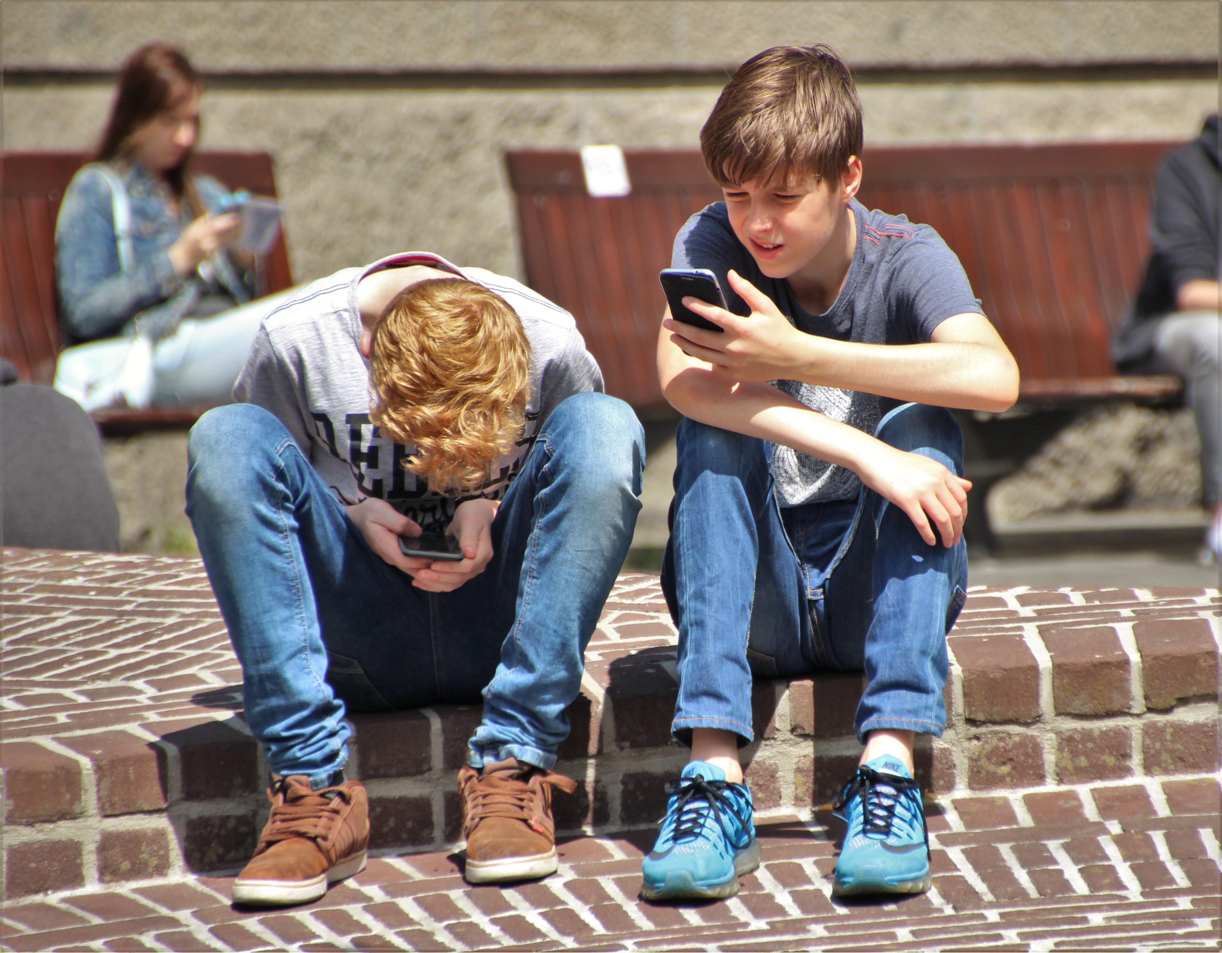 C начала нового учебного года французские дети до 15 лет даже на переменах не смогут использовать гаджеты, которые подключаются к интернету