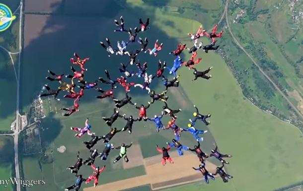 Около Харькова 57 парашютисток установили мировой рекорд и планируют егоже побить