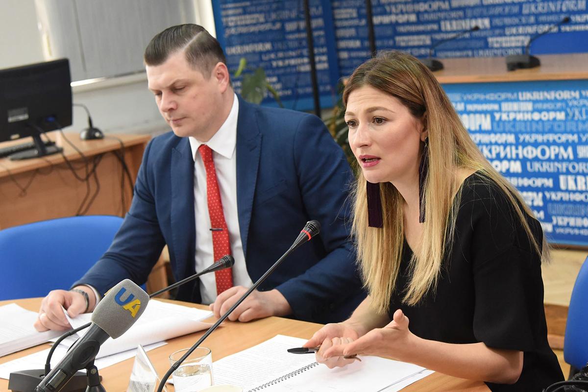 Член Национального совета по вопросам телевидения и радиовещания Сергей Костинский и первый заместитель министра информационной политики Эмине Джапарова