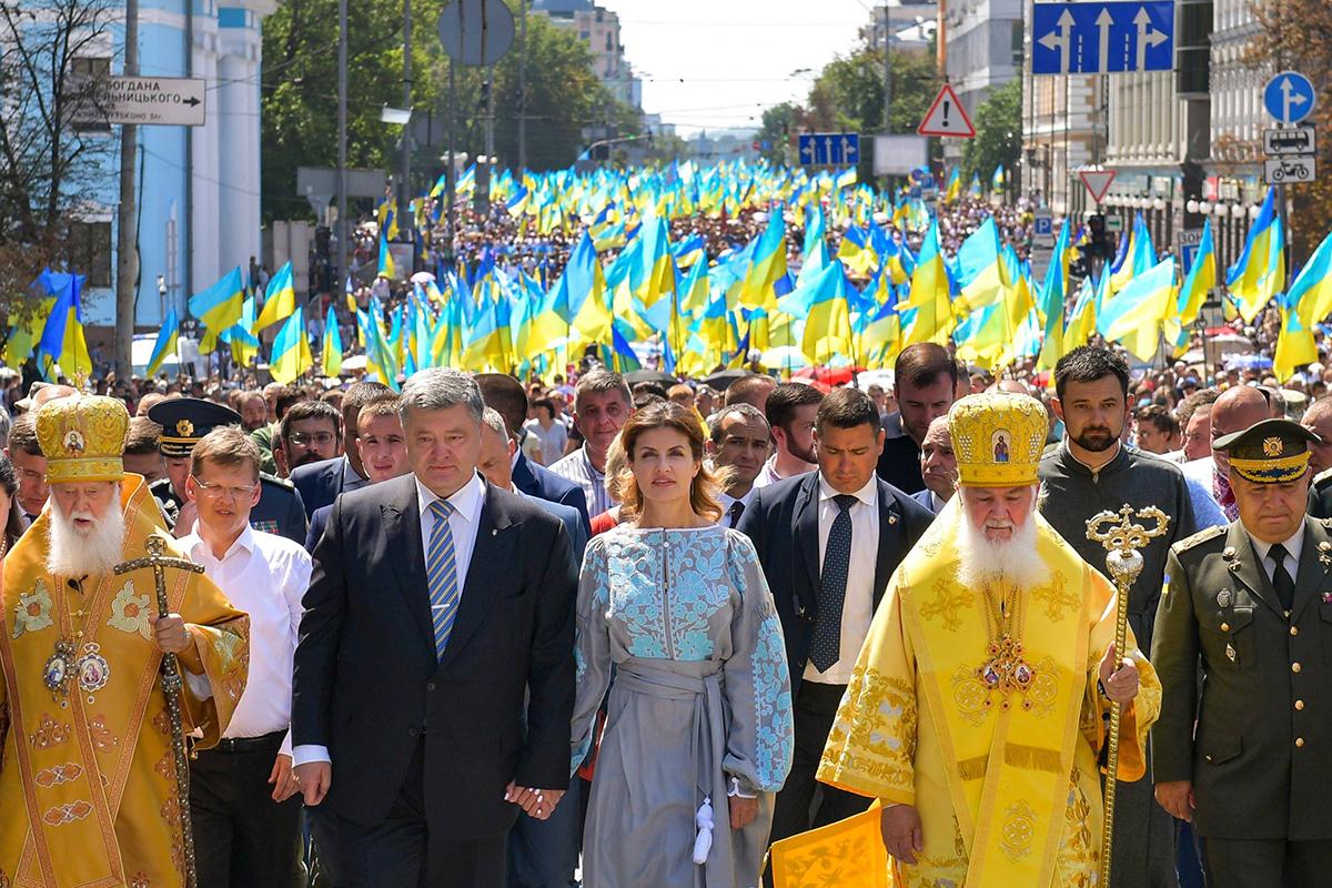 Президент Петр Порошенко и его супруга Марина Порошенко во время Крестного хода