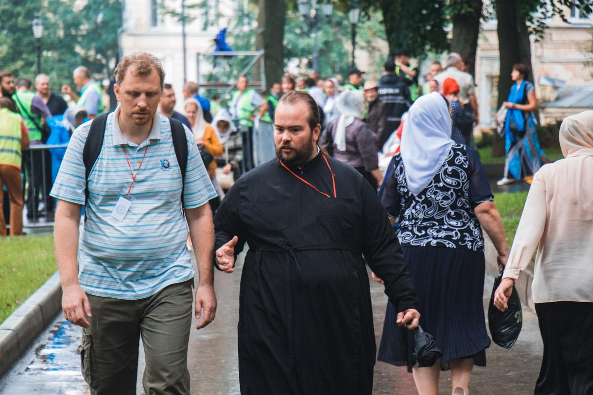 Священник и участник Крестного хода в центре Киева