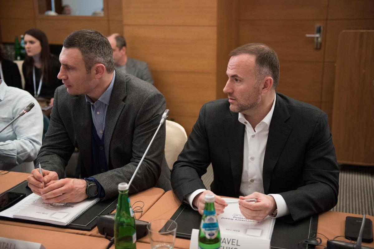 Мэр Киева Виталий Кличко (слева) и Павел Фукс (справа)