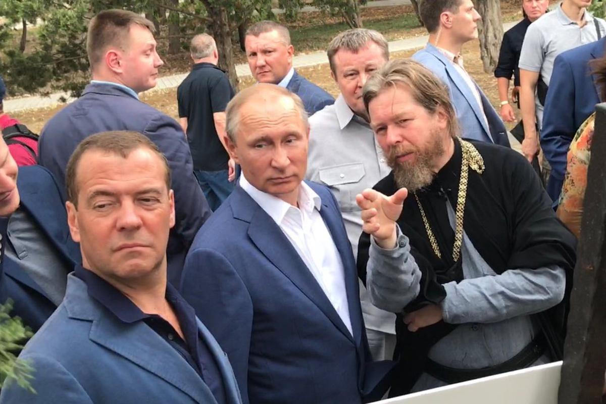 Имеющий репутацию духовника Путина митрополит Тихон (справа) отказал матери Олега Сенцова в помиловании сына