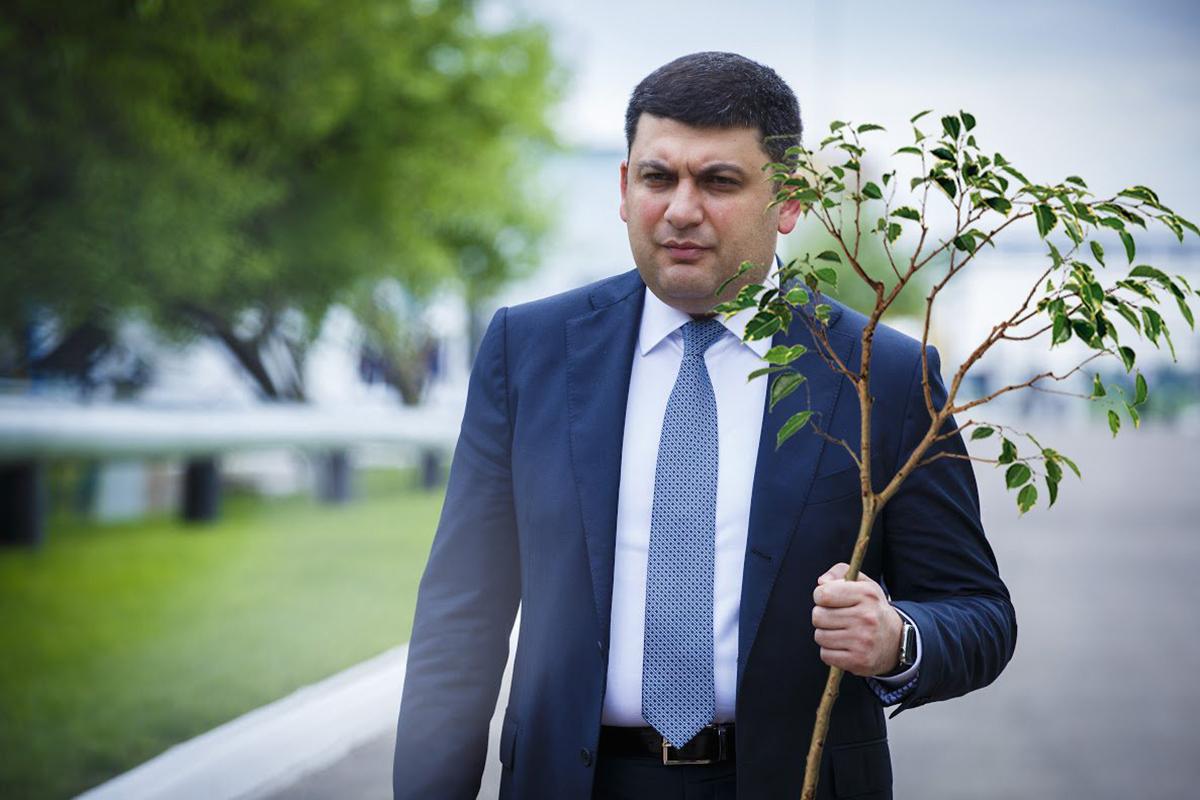 """Премьер-министр Владимир Гройсман заверил украинских мам, что с 1 сентября они уже при выписке из роддома получат от государства """"приданое"""" для своих новорожденных младенцев"""