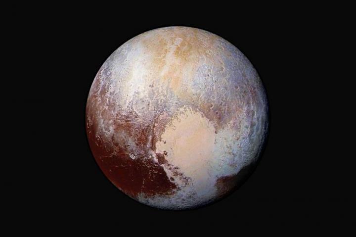 Следует ли опять переклассифицировать Плутон? Планетолог Филипп Мецгер считает, что его исследование дает для этого все основания / Фото: NASA