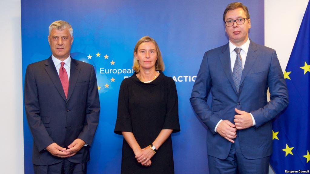 Президенты Косово и Сербии Хашим Тачи (слева) и Александр Вучич (справа) с Федерикой Могерини, верховным комиссаром ЕС по внешней политике
