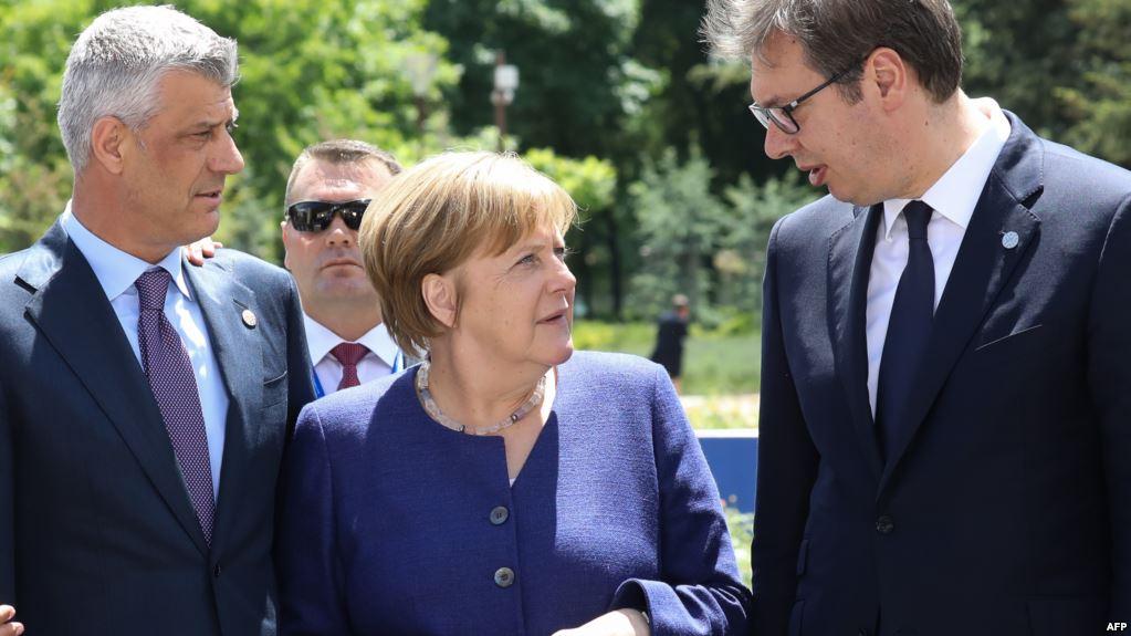 Канцлер Германии Ангела Меркель не согласна с лидерами Косово (слева) и Сербии (справа) в достижении компромисса путем передела территорий