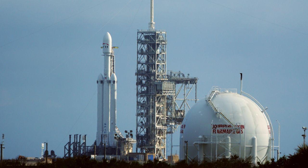 Сверхтяжелая ракета-носитель Falcon Heavy перед запуском, январь 2018. Роберт Зубрин уверен, что у частных компаний вроде SpaceX больше шансов отравить людей на Марс