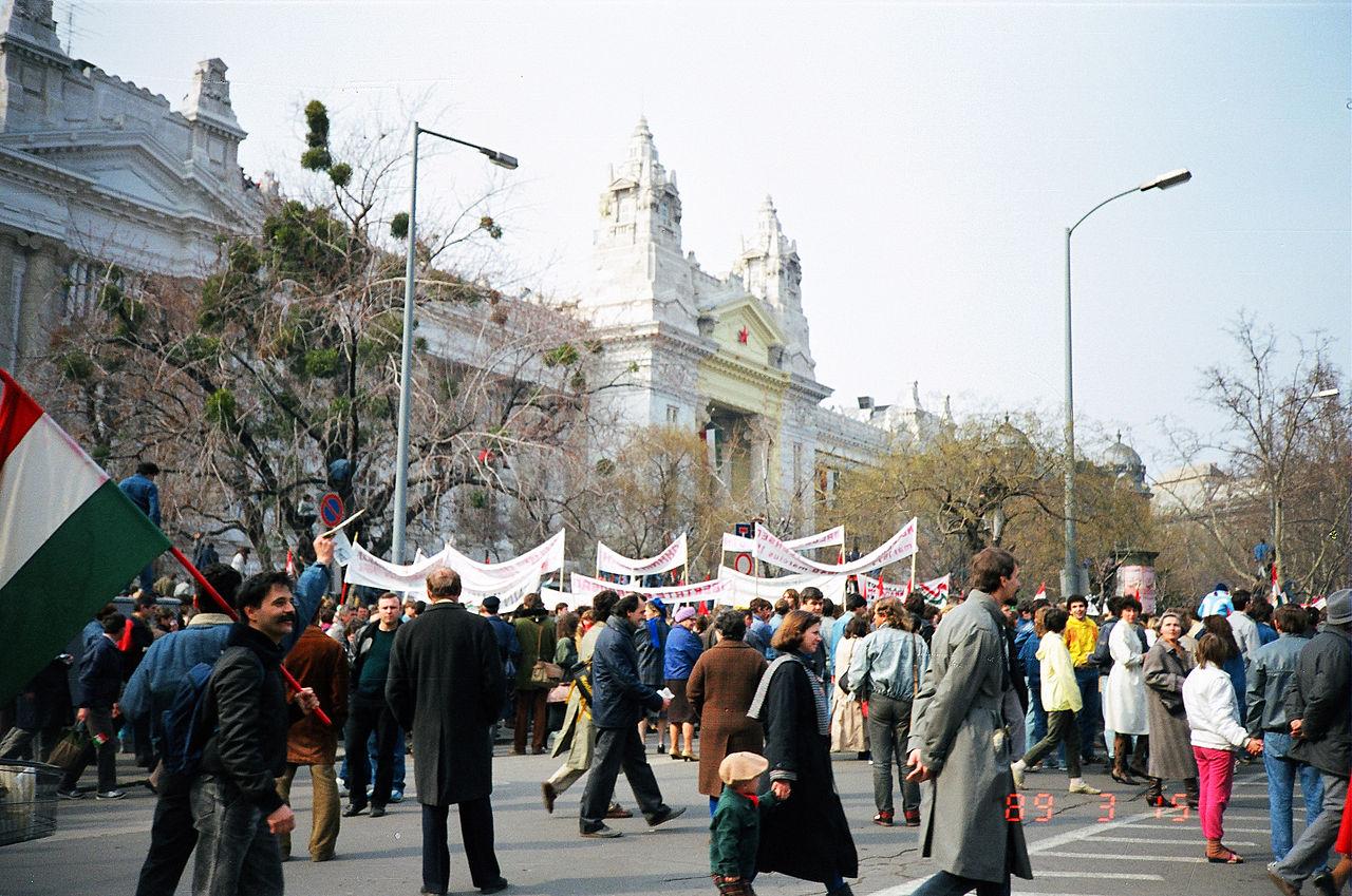 """Мирный переход от однопартийного режима к многопартийной парламентской республике в Венгрии был частью """"бархатных революций"""" в Восточной Европе 1989 года"""