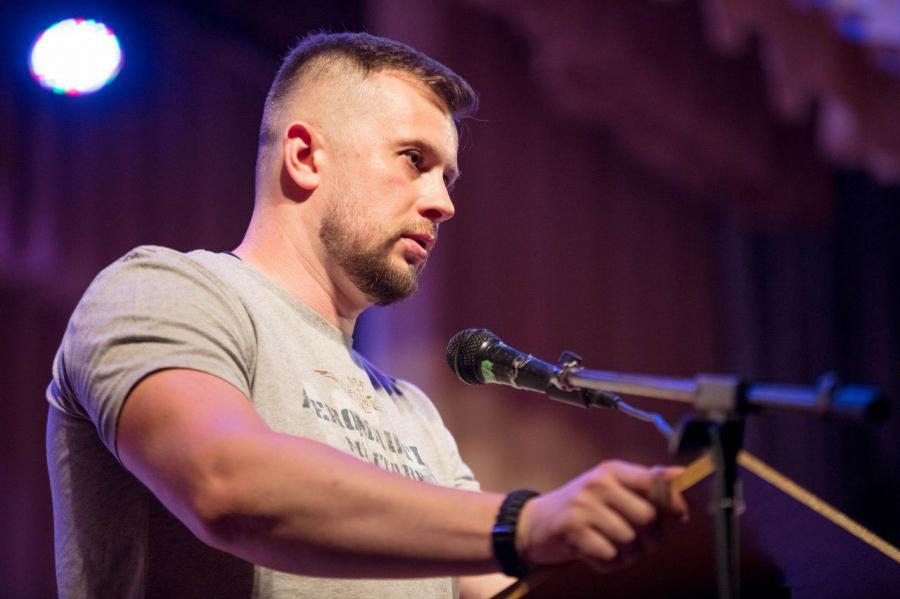 Андрей Билецкий уже не может провести ни одной встречи с молодежью без  неприятных для «белого вождя» вопросов