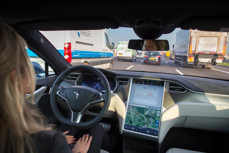Уровень автоматизации Tesla Model S - второй. Автомобиль может самостоятельно следовать по полосе или менять полосу при видимой разметке