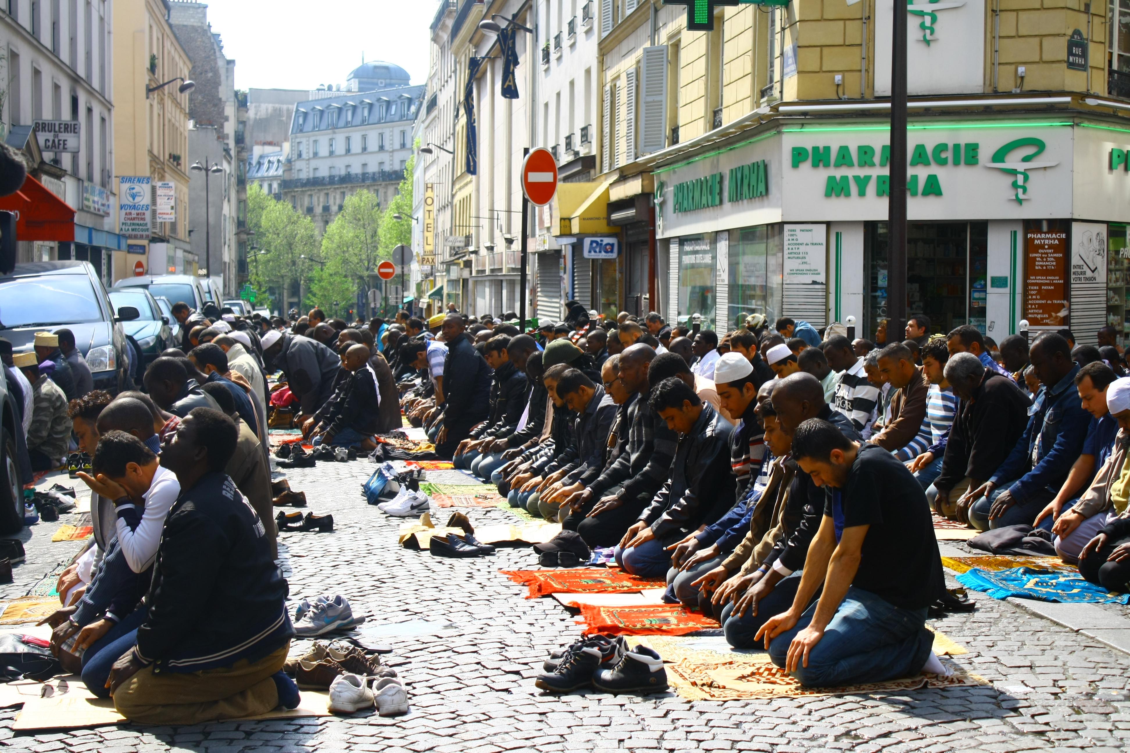 Мусульмане Парижа во время пятничной молитвы, 2011 год / Agrogan