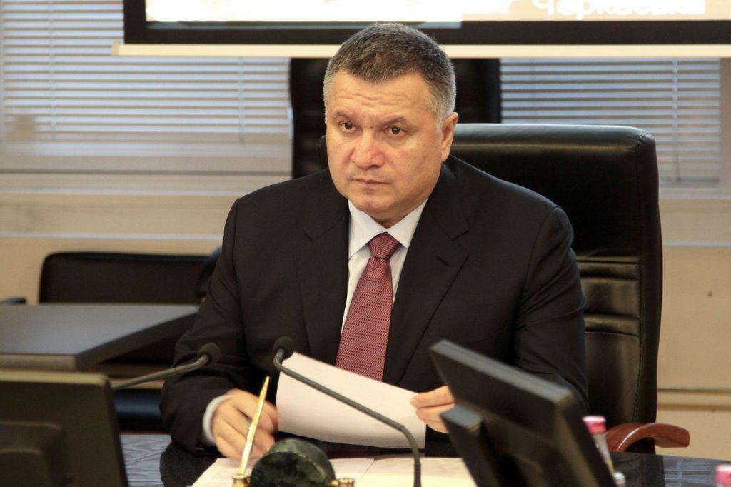 Глава МВД Аваков в сложном положении: ему нужно определяться, чью сторону он займет на президентских выборах