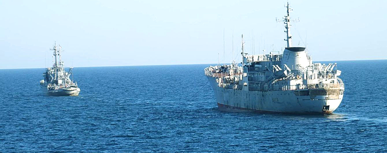 Украинские поисково-спасательное судно А500 «Донбасс» и буксир А830 «Корец» следуют из Одессы в Бердянск
